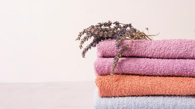 Arrangement avec des serviettes colorées et des fleurs Photo gratuit
