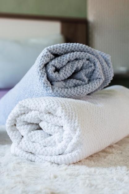 Arrangement avec des serviettes de couleurs différentes Photo gratuit