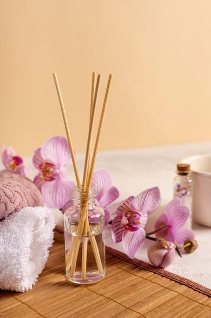 Arrangement de spa avec des bâtons parfumés et des fleurs Photo gratuit
