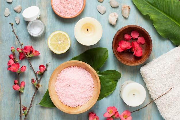 Arrangement de spa plat avec plantes, bougies et sel Photo gratuit
