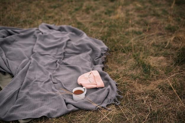 Arrangement Avec Tasse à Café Et Couverture Photo gratuit