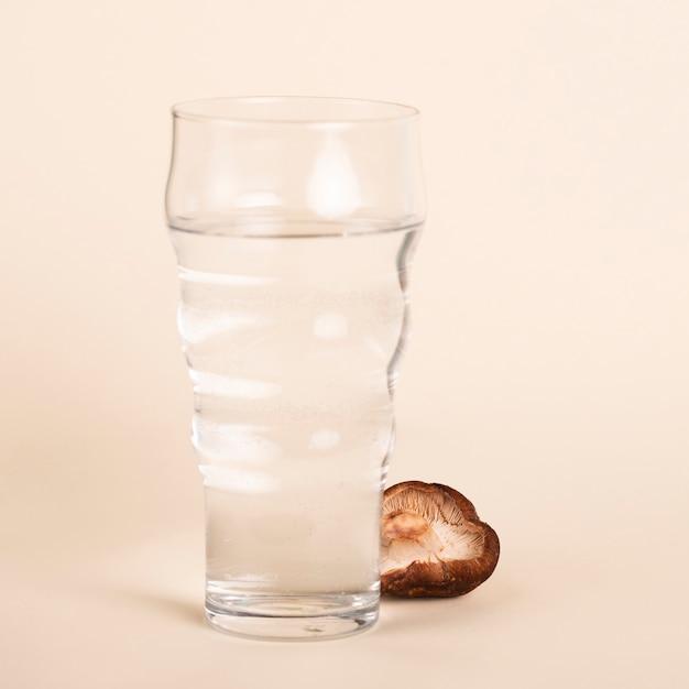 Arrangement de verre d'eau et de champignons Photo gratuit