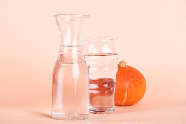 Arrangement avec des verres de différentes tailles et citrouille Photo gratuit