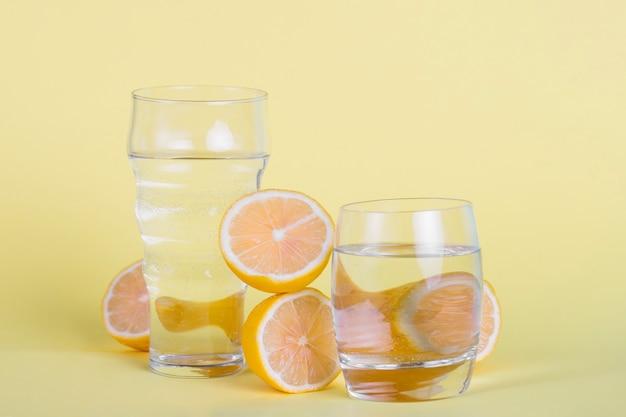 Arrangement avec des verres d'eau et de citrons Photo gratuit