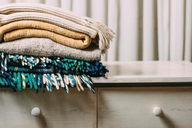 Arrangement avec des vêtements chauds sur le stand Photo gratuit