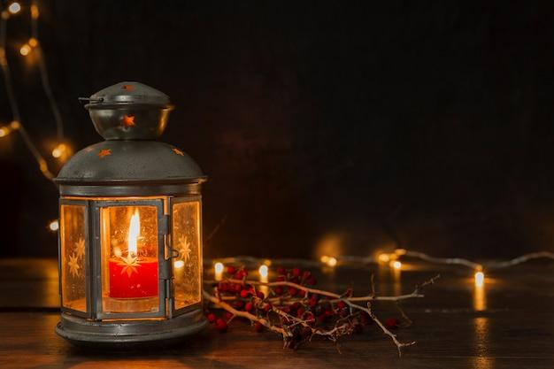 Arrangement avec vieille lampe et lumières Photo gratuit