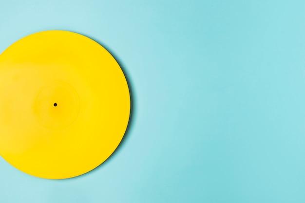Arrangement De Vinyle Peint En Jaune Avec Espace Copie Photo gratuit