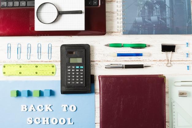 Arrangement vue de dessus des accessoires d'école Photo gratuit
