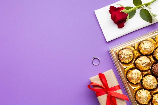 Arrangement de vue de dessus avec bague et boîte de chocolat Photo gratuit