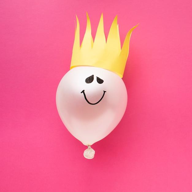 Arrangement De Vue De Dessus Avec Ballon Et Couronne Photo gratuit
