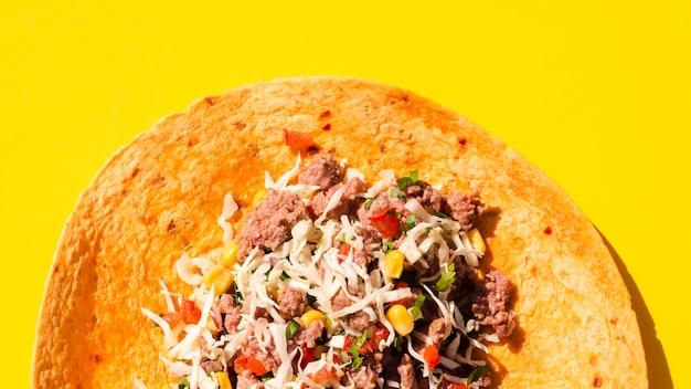 Arrangement de la vue de dessus avec burrito déplié et fond jaune Photo gratuit