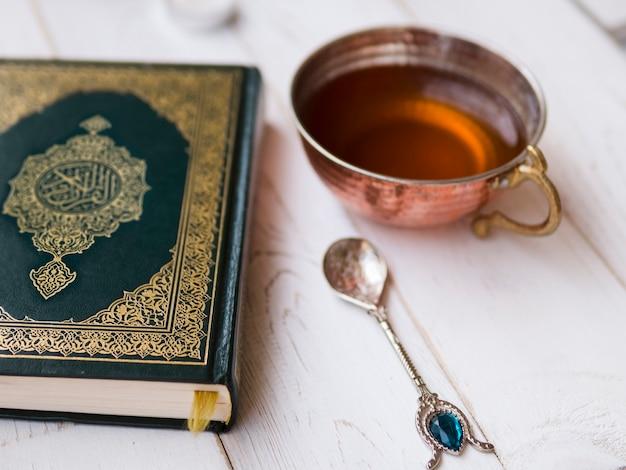 Arrangement De Vue De Dessus Avec Coran, Thé Et Cuillère Photo gratuit