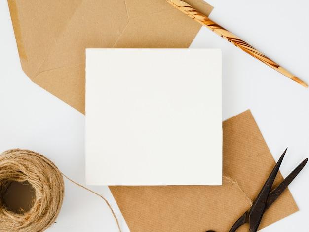 Arrangement de vue de dessus des enveloppes blanches et brunes Photo gratuit