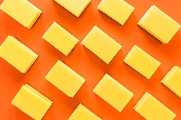 Arrangement De Vue De Dessus Avec Des éponges Sur Fond Orange Photo gratuit