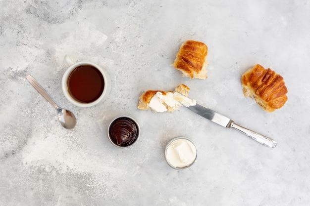 Arrangement de la vue de dessus avec fond de stuc et petit déjeuner savoureux Photo gratuit
