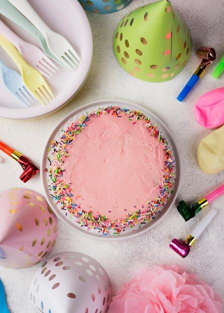 Arrangement De Vue De Dessus Avec Gâteau Rose Et Décorations Photo gratuit