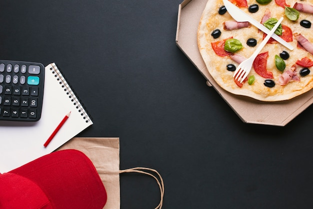 Arrangement de vue de dessus avec pizza et espace de copie Photo gratuit
