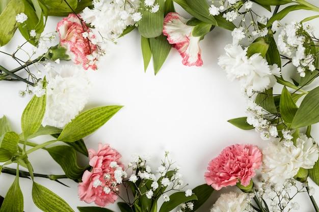Arrangement De Vue De Dessus Des Roses Et Des Feuilles De Printemps Photo gratuit