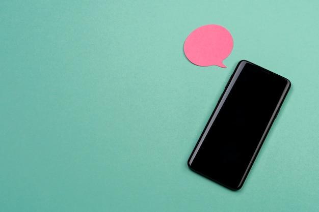 Arrangement De Vue De Dessus Avec Smartphone Et Pense-bête Photo gratuit