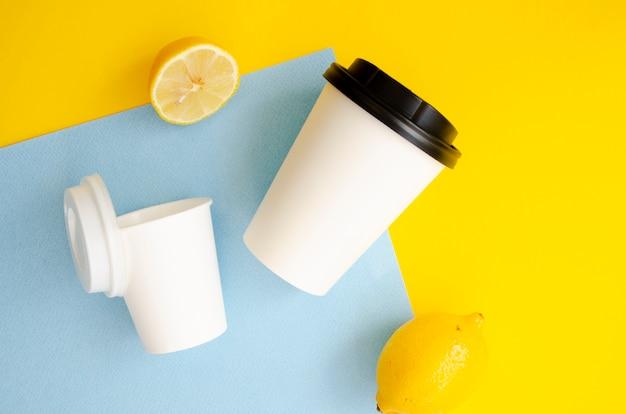 Arrangement de vue de dessus avec des tasses à café Photo gratuit