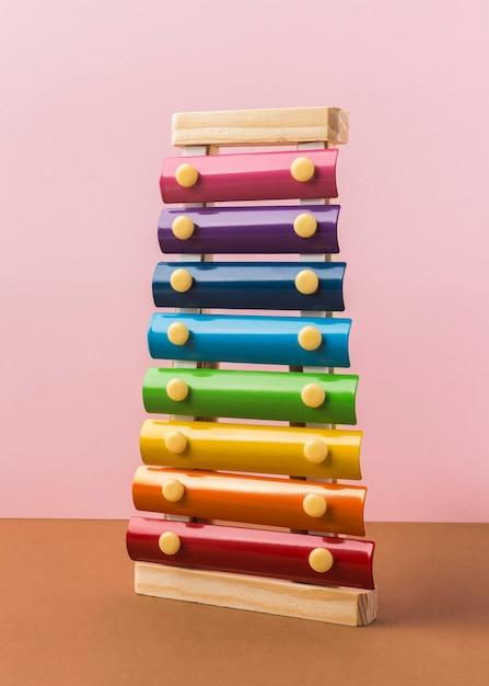 Arrangement De Xylophone Coloré Sur Table Photo gratuit
