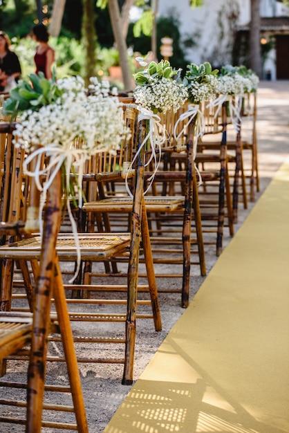 Arrangements Floraux Pour Des Chaises Vides Pour Une Cérémonie De Mariage Au Printemps Photo Premium