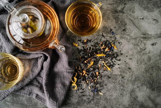 Arrangements de tasses à thé sur la vue de dessus de tissu Photo gratuit