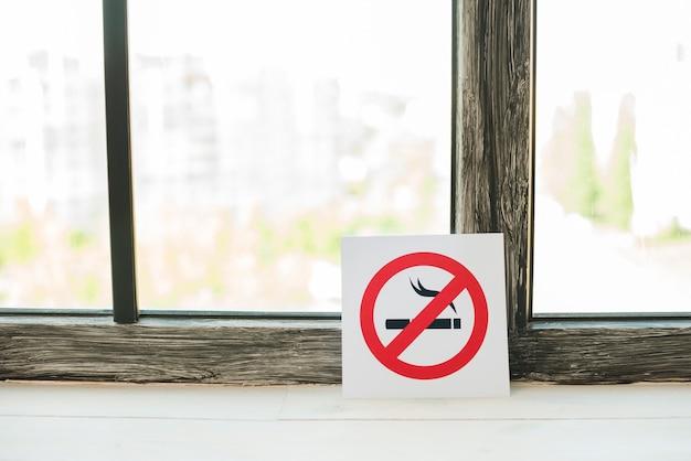Arrêtez De Fumer Signe Sur Le Rebord De La Fenêtre Photo gratuit