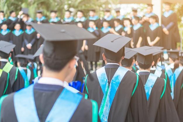 L'arrière Du Chapeau Homme Diplômé Le Jour De Répétition à L'université: Concept Futur. Photo Premium