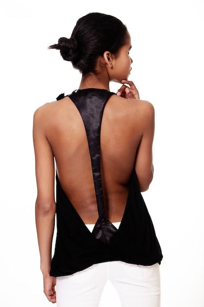 L'arrière De La Mode élégant Souriant Décontracté Jeune Femme Belle Fille Noire Américaine En Vêtements Noir Et Blanc Sur Fond Blanc Photo gratuit