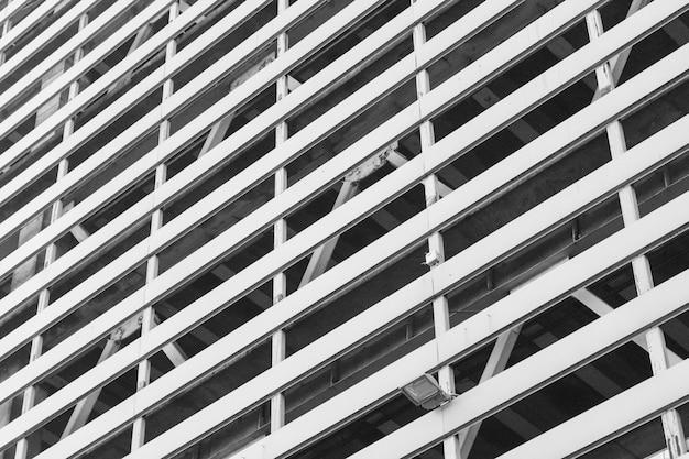 Arrière-plan de la fenêtre d'un immeuble résidentiel de plusieurs étages. Photo Premium