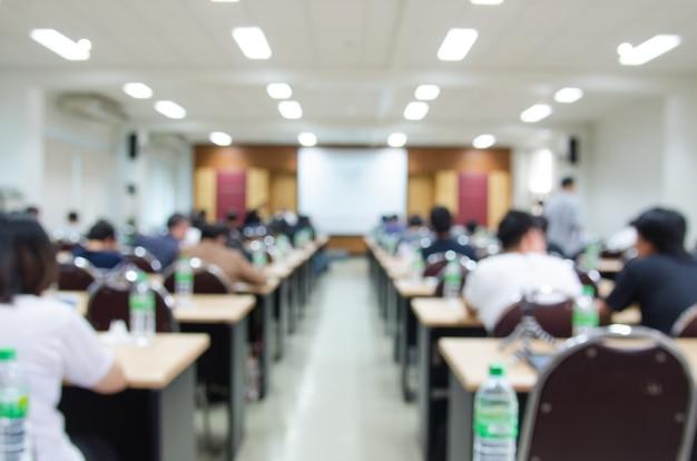 Arrière-plan flou abstrait de la salle de conférence ou salle de séminaire. Photo Premium