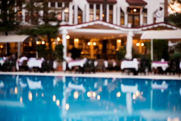 Arrière-plan flou bleu piscines et restaurants. Photo Premium