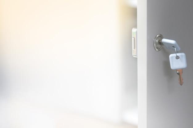 Arrière-plan flou de la clé pour déverrouiller les portes de certaines armoires. Photo Premium