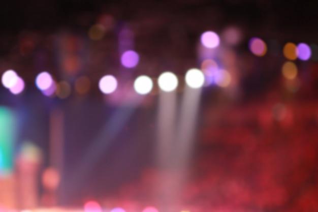 Arrière-plan flou de projecteurs dans la salle de conférence Photo Premium