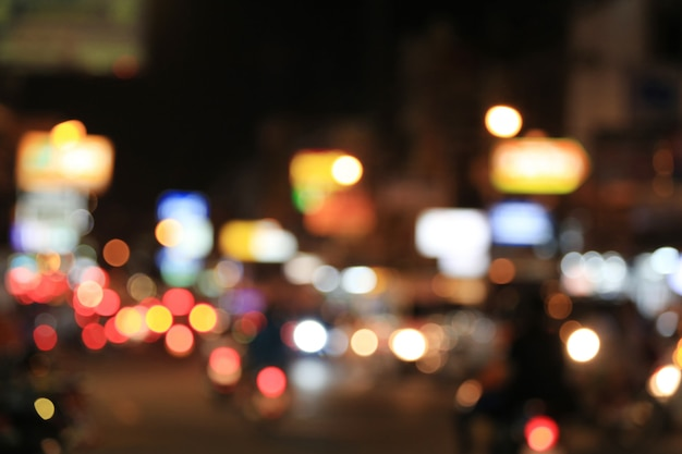 Arrière-plan flou de la route avec des voitures errantes dans la nuit. Photo Premium