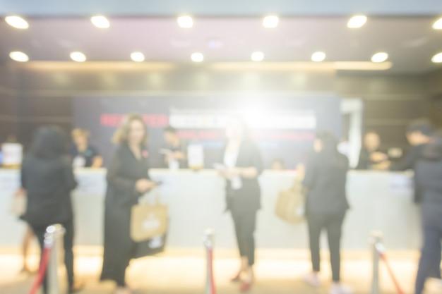 Arrière-plan flou de la salle d'exposition publique. salon professionnel, foire de l'emploi ou marché boursier. Photo Premium