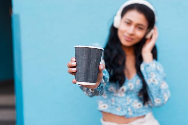 Arrière-plan flou avec une tasse de café Photo gratuit