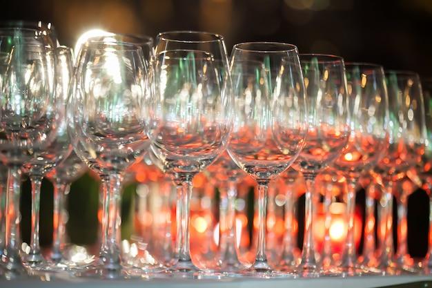 Arrière-plan flou de verre à vin mis en place sur un bar dans le restaurant. Photo Premium