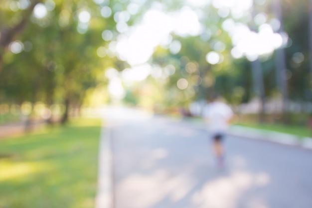 Arrière-plans flous de personnes faisant de l'exercice dans des parcs en plein air: flou de ceux qui courent Photo Premium
