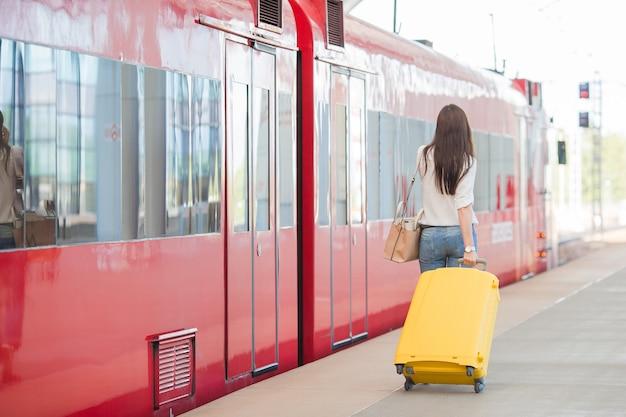 Arrière, vue, femme, sac, station, voyager, train Photo Premium