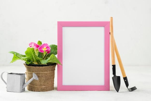 Arrosoir Et Outils à Côté De L'outil De Fleurs Photo gratuit