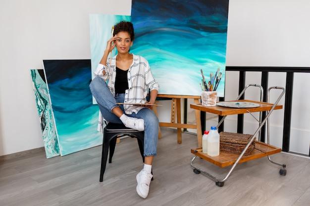 Art Contemporain. Talent Et Créativité. Inspiré De La Jeune Femme Noire Travaillant Sur Ses Illustrations Abstraites De L'océan. Photo gratuit