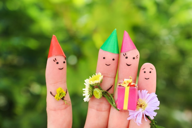 L'art des doigts des gens fête son anniversaire. concept de famille donne des cadeaux à maman. Photo Premium