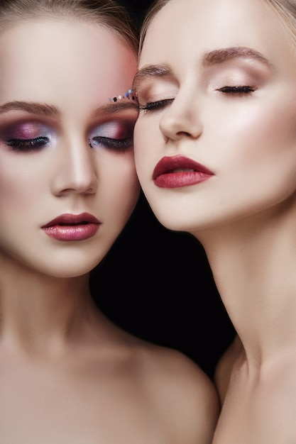 Art maquillage deux filles embrassant, beaucoup de strass Photo Premium