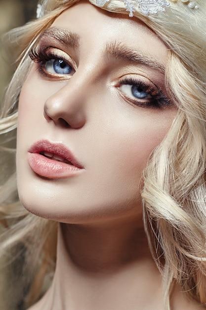 Art Mode Fille Blonde Longue Cils Peau Claire Photo Premium