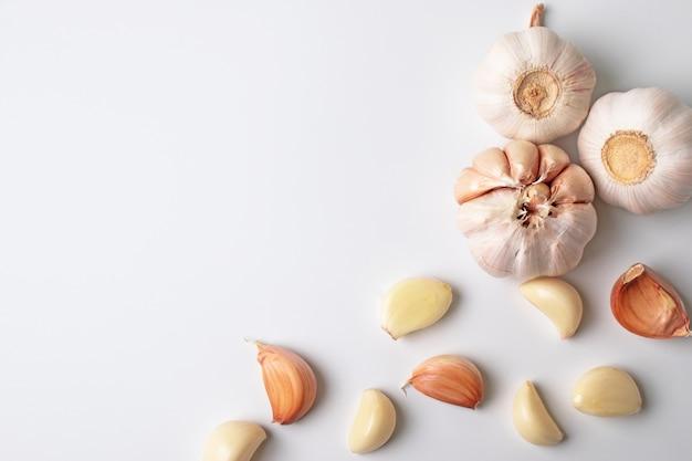 Art moderne de l'ail avec des segments isolés sur fond blanc Photo Premium