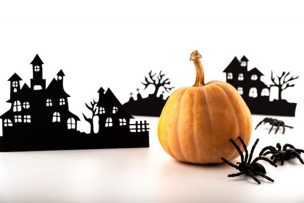 Art De Papier D'halloween. Village Abandonné Et Citrouille Sur Blanc. Photo Premium