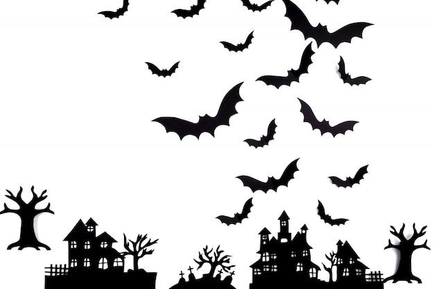 Art De Papier D'halloween. Village Abandonné Dans Une Forêt Brumeuse Photo Premium