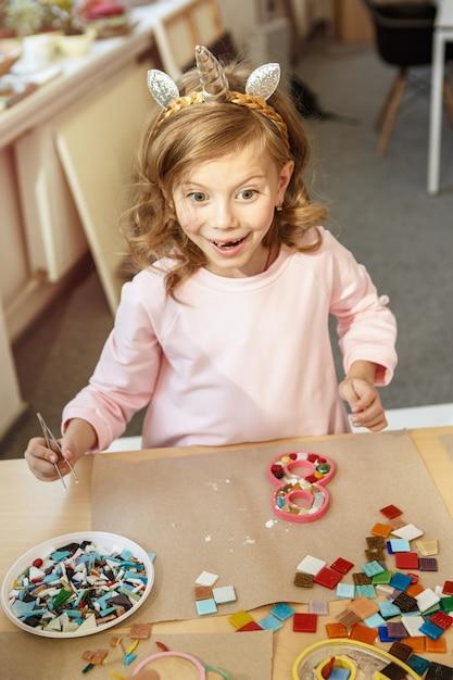 Art De Puzzle En Mosaïque Pour Les Enfants, Jeu Créatif Pour Enfants. Deux Soeurs Jouent à La Mosaïque Photo gratuit